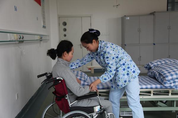 4 利用轮椅转运老人_副本.jpg
