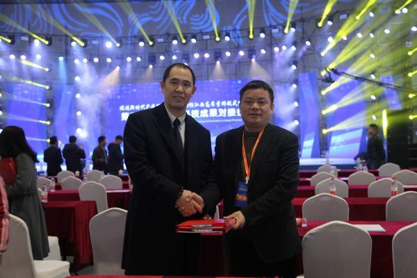 3 开幕式上院长赖国文代表我院与宁波美康生物签署校企合作协议.JPG
