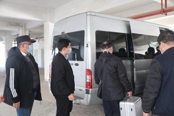 同事们送出征队员上车.JPG