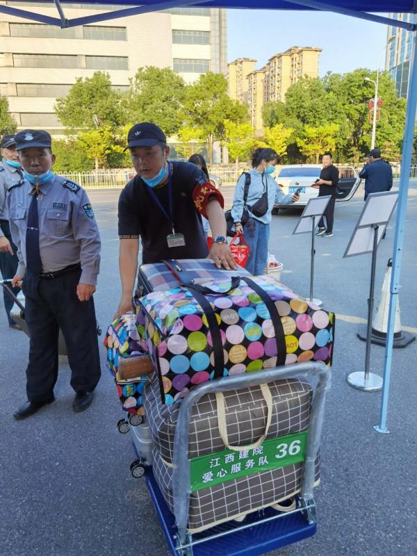 老师帮助学生搬运行李.jpg