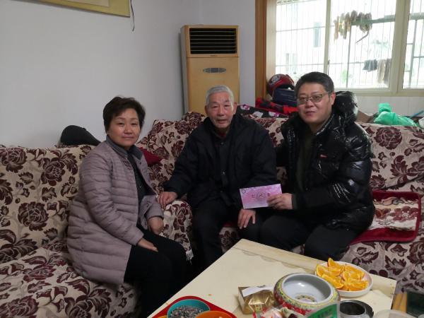 冀书记慰问徐峰家属2 .jpg