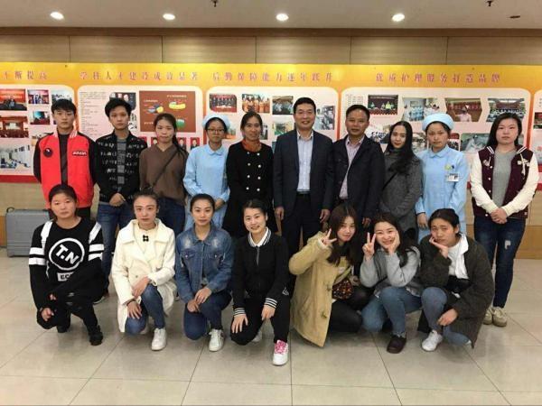 4.在上海东方肝胆医院检查实习和部分学生合影.jpg